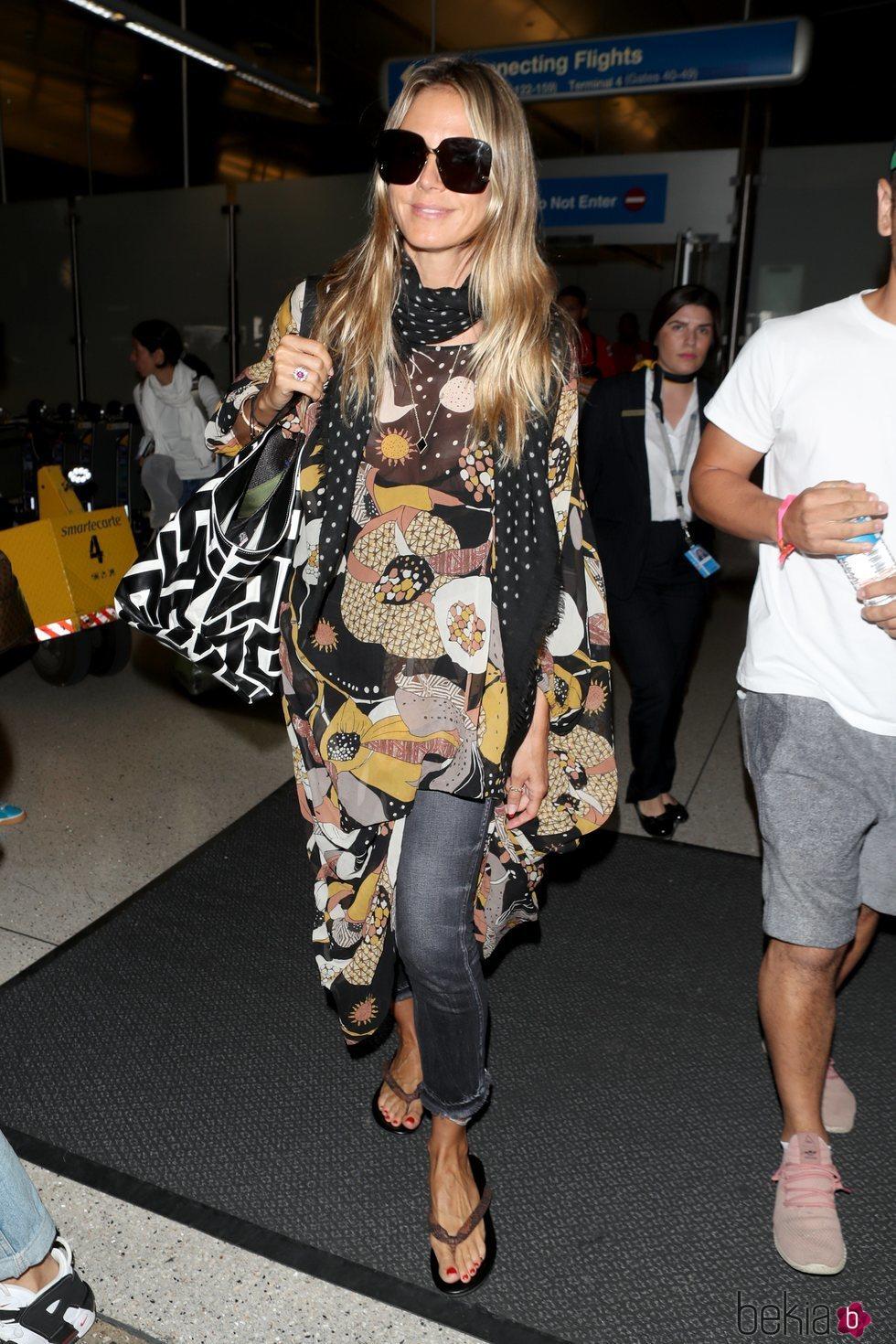 Heidi Klum con una blusa estampada en el aeropuerto de Los Ángeles 2018