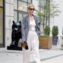 Rosie Huntington-Whiteley con un traje blanco por Nueva York 2018