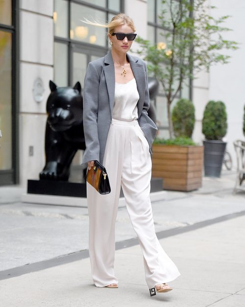 Rosie Huntington-Whiteley con un traje blanco por Nueva York 2018