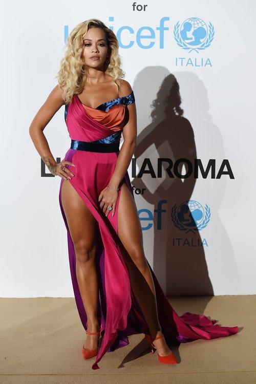 Rita Ora con un vestido de colorines en la Gala de Verano de Unicef 2018