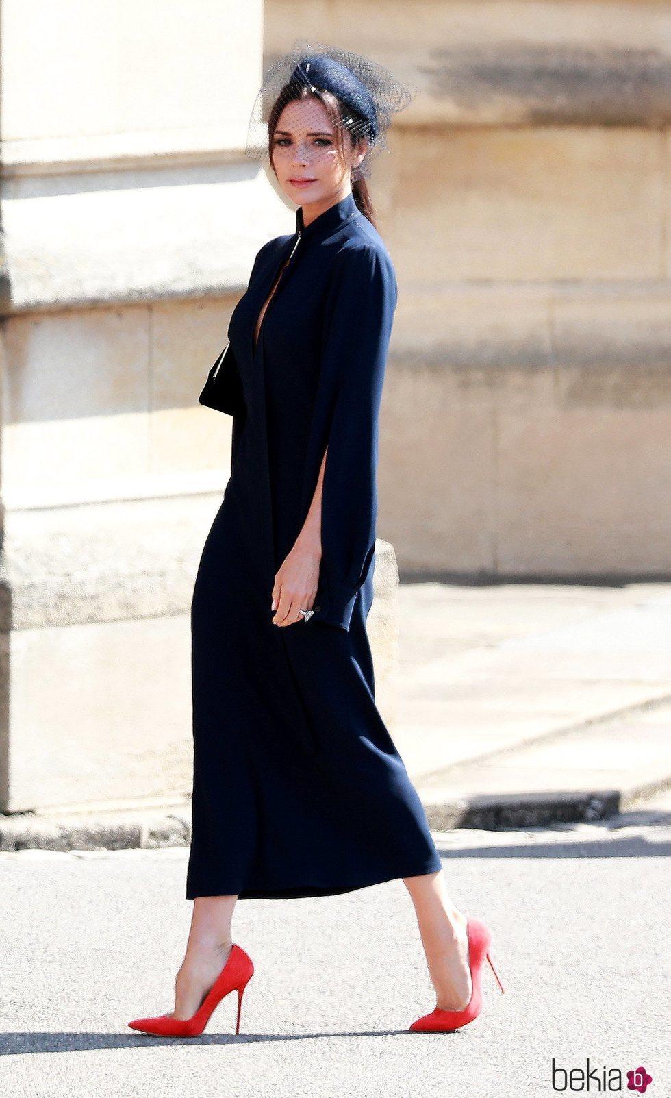 nuevo baratas mas fiable famosa marca de diseñador Victoria Beckham con un vestido midi en la boda del Príncipe ...