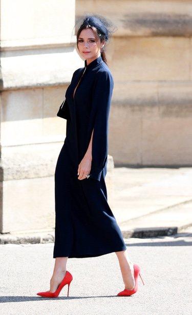 Victoria Beckham con un vestido midi en la boda del Príncipe Harry y Meghan Markle 2018