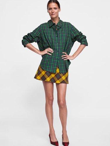 Modelo Carmen Kass con una blusa de cuadros de la colección de otoño de Zara 2018