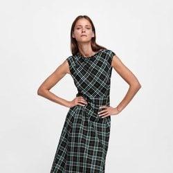Carmen Kass con un vestido midi de cuadros de la colección de otoño de Zara 2018