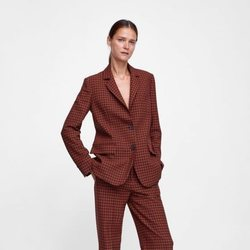 Carmen Kass con un traje de cuadros de la colección de otoño de Zara 2018