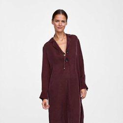 Carmen Kass con una blusa larga de la colección de otoño de Zara 2018