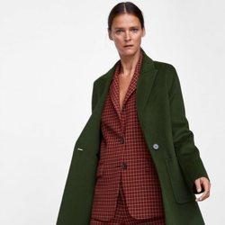 Carmen Kass con un abrigo de paño verde de la colección de otoño de Zara 2018