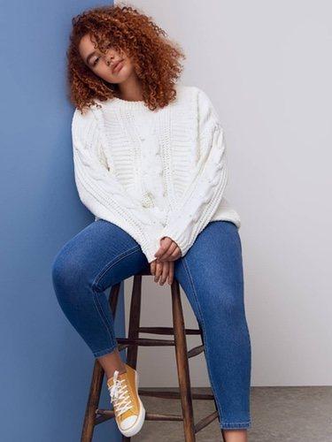 Modelo con una blusa blanca de Primark 2018