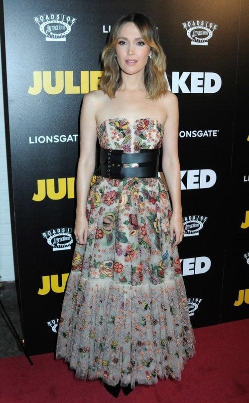 Rose Byrne con un vestido estampado en la premiere de Juliet en Nueva York 2018