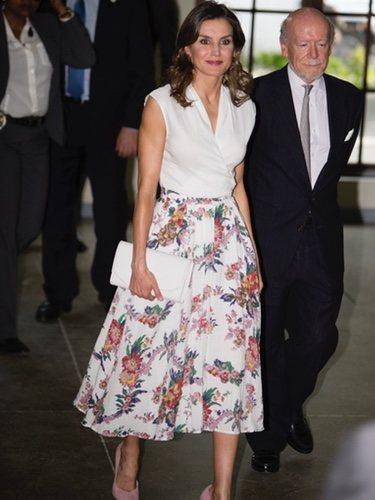 La Reina Letizia con un look lady de flores en su visita oficial a Haití