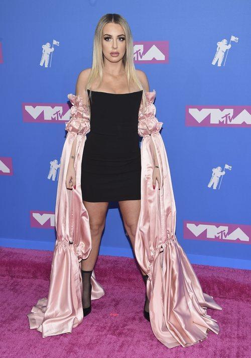 Tana Mongeau con un vestido con largas mangas rosas en los premios MTV Video Music 2018