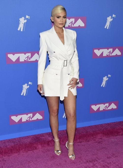 Kylie Jenner con un vestido blazer en los Premios MTV Video Music 2018