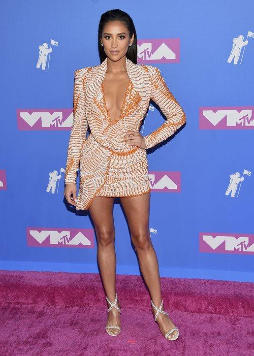 Shay Mitchell con un mini vestido en tonos corales en los Premios MTV Video Music 2018