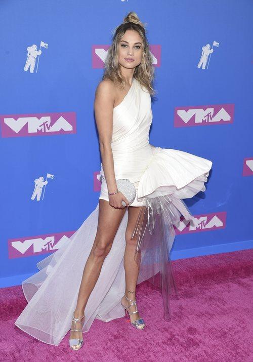 Rose Betram con un vestido blanco en los Premios MTV Video Music 2018