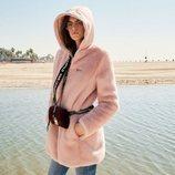 Kaia Gerber con un abrigo rosa de pelo para la colección de Karl Lagerfeld 2018