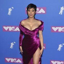 Cardi B con un vestido asimétroco en los premios MTV Video Music 2018