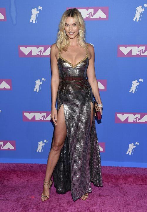 Karlie Kloss con un vestido plateado en los premios MTV Video Music 2018