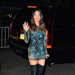 Olivia Munn con un mini vestido con botas negras en la fiesta de los Premios VMA'S 2018