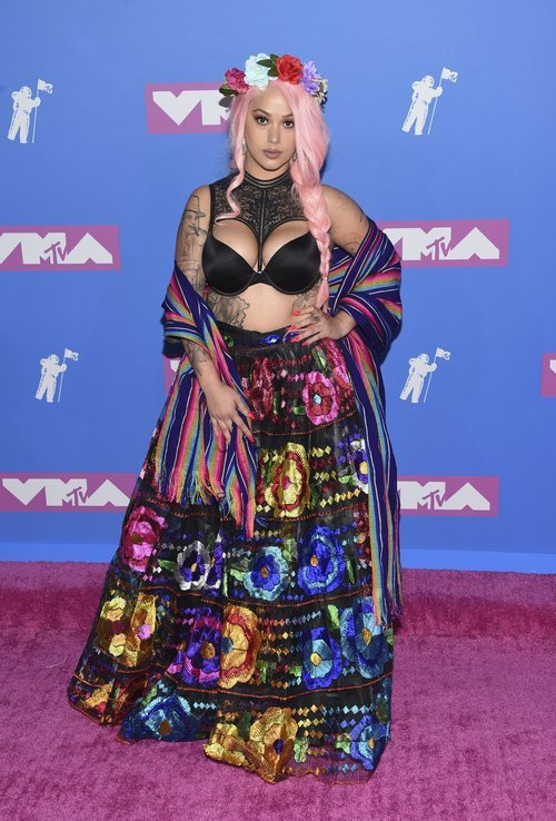 Lily Barrios con una falda de estampado de flores en los Premios VMA'S 2018
