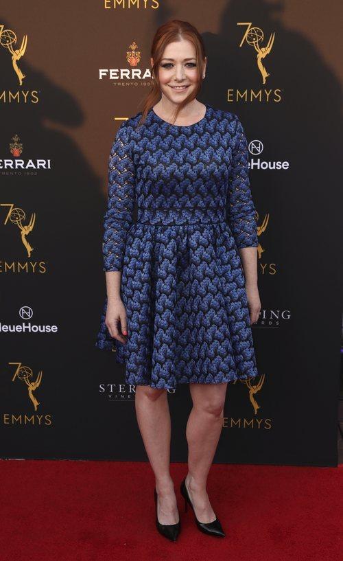 Alyson Hannigan con un vestido en tonos azules y negros em los premios 70 Emmy 2018