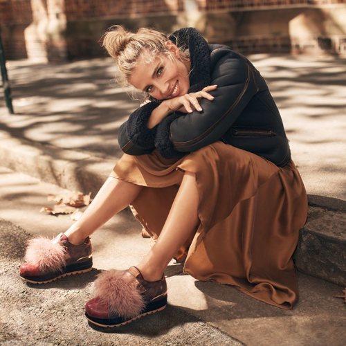 Elsa Pataky con unas sneakers burdeos de la nueva colección de otoño/invierno 2018/2018 de Gioseppo