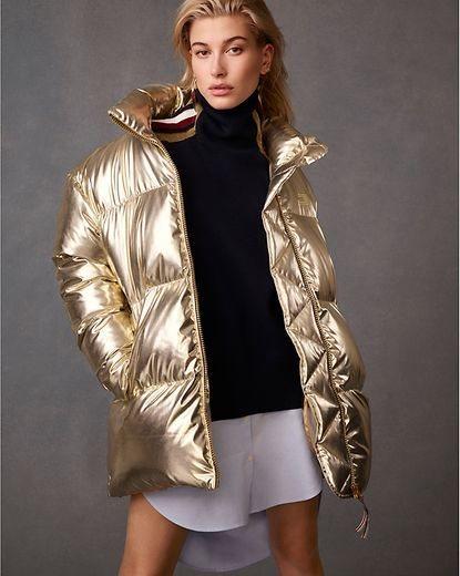 Hailey Balwin con un abrigo dorado  de la nueva colección de otoño 2018 de Tommy Hilfiger