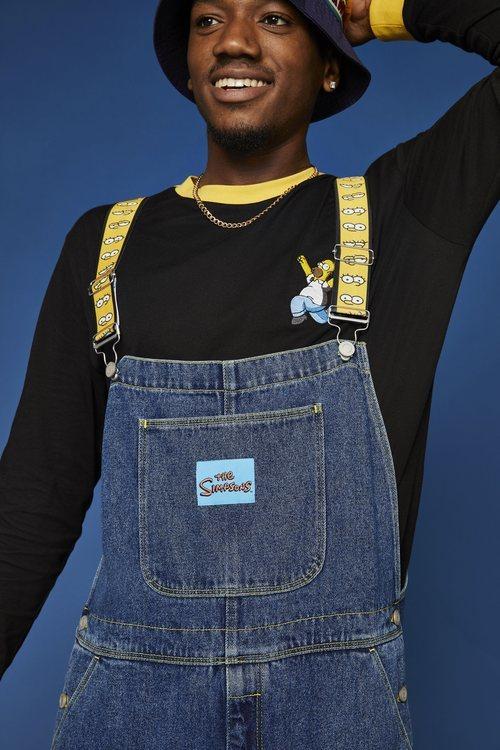 Modelo con un peto vaquero con tirantes de Los Simpson de la nueva colección cápsula de Asos 2018