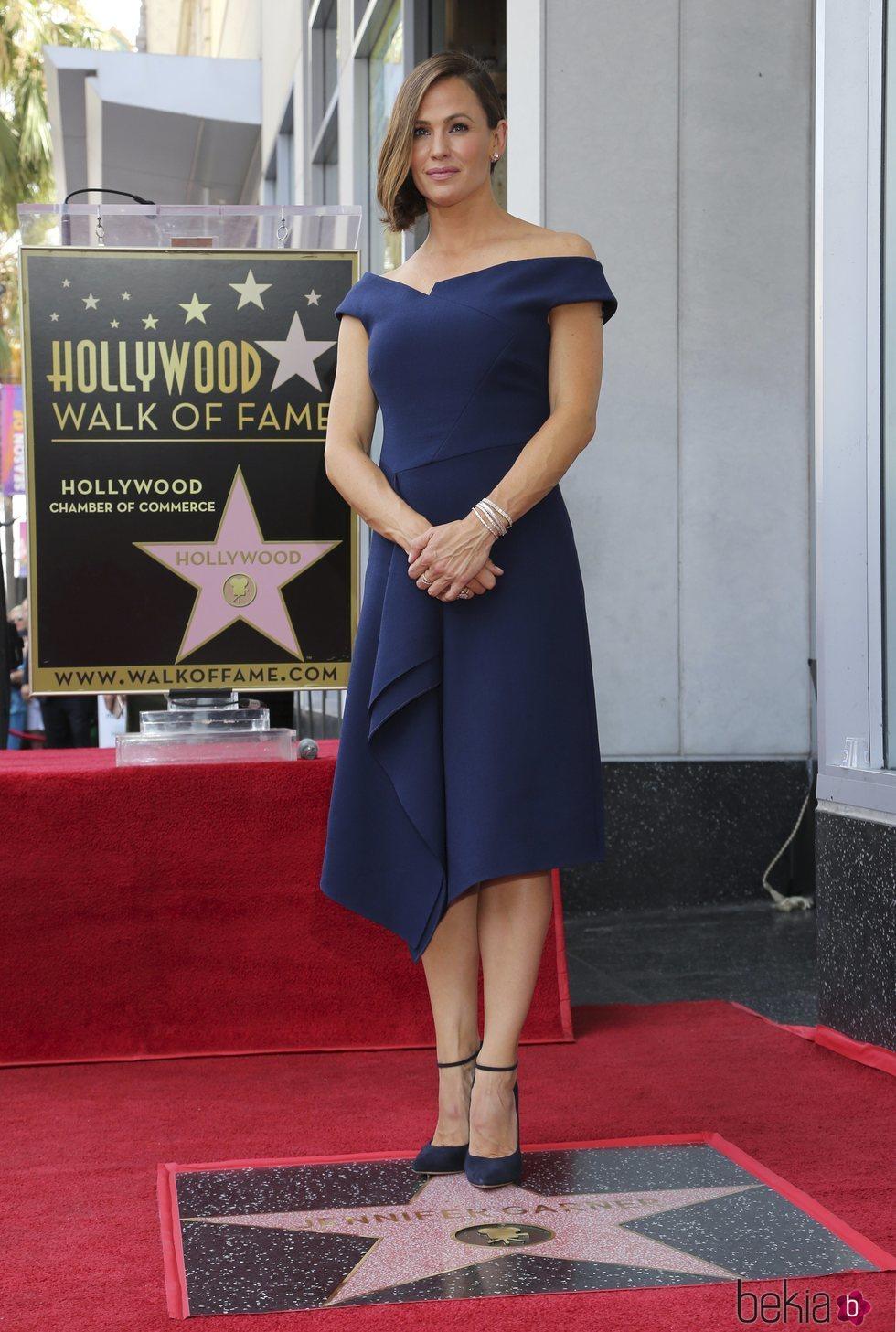 Jennifer Garner con un vestido asimétrico recibiendo una estrella en el Paseo de la Fama de Hollywood