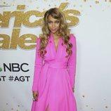 Tyra Banks con un vestido fucsia en el photocall de la 13 edicción de Got Talent America 2018