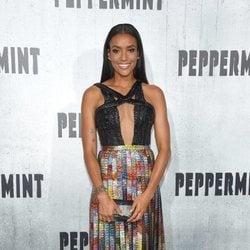 Annie llozeh con un diseño de brillos de colores en la premiere de 'Peppermint' 2018