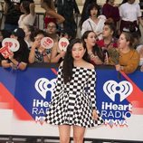 Awkwafina con un vestido de cuadros blancos y negros en I Heart Radio 2018