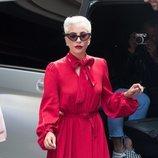 Lady Gaga con un vestido largo con vuelo en color rojo en Paris 2018