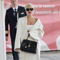 Lady Gaga con un total white en Venecia