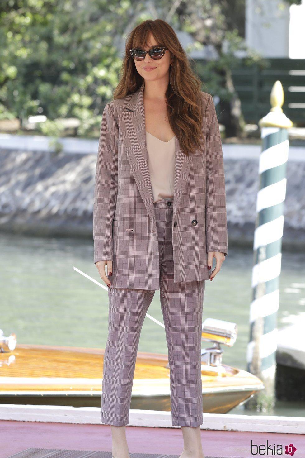 Dakota Johnson con un traje oversized en el Festival de Venecia 2018