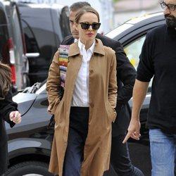 Natalie Portman con una gabardina larga en Venecia