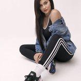 Kylie Jenner posa con las nuevas 'Falcon' de adidas Originals