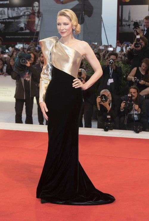 Cate Blanchett con un vestido asimétrico en el Festival Internacional de Cine de Venecia 2018