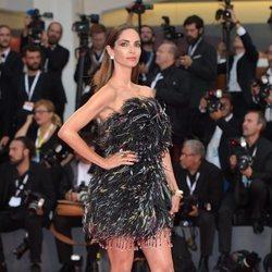 Eugenia Silva con un mini vestido en el Festival Internacional de Cine de Venecia 2018