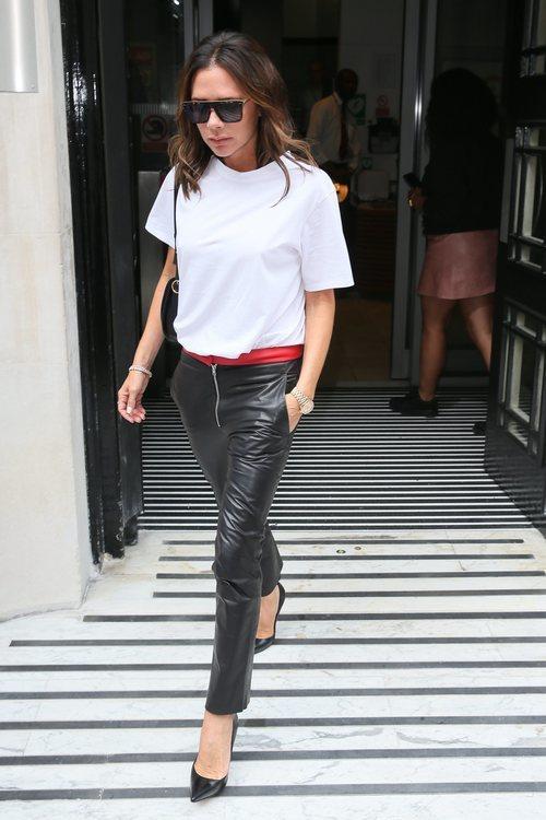 Victoria Beckham con pantalones de cuero en Londres