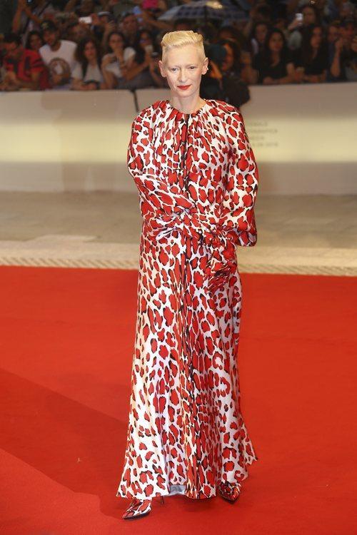 Tilda Swinton con una túnica en el Festival Internacional de Cine de Venecia 2018