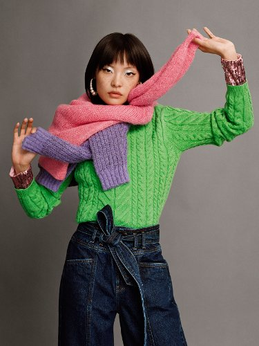 Superposición de jerséis de colores llamativos de mujer de la colección 'No Rules' de Bershka