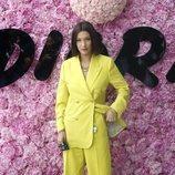 Bella Hadid con un total look neón en el desfile de Dior durante la París Fashion Week