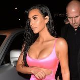 Kim Kardashian con un vestido rosa neón en Miami