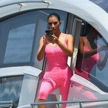 Kim Kardashian con un body neón rosa de Chanel