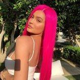 Kylie Jenner con una peluca neón rosa