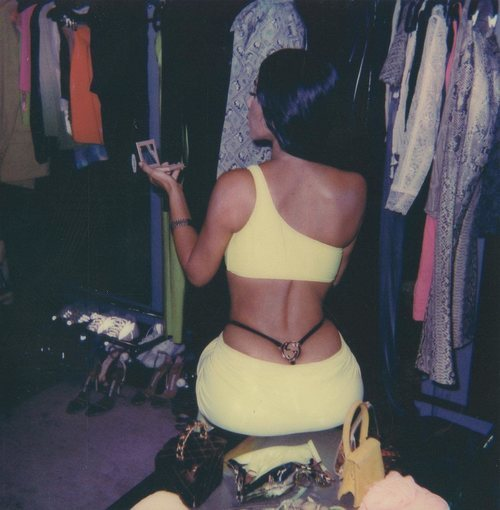 Kim Kardashian con un vestido verde lima neón