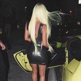 Kim Kardashian con una peluca verde lima neón a juego con su choche Mercerdes