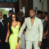 Kim Kardashian, junto a Kanye West, con un vestido verde lima neón de latex