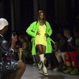 Vestido verde flúor de Jeremy Scott primavera/verano 2019 en la New York Fashion Week