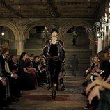 Modelo con un vestido fluido morado en el desfile de Ralph Lauren en la New York Fashion Week 2018